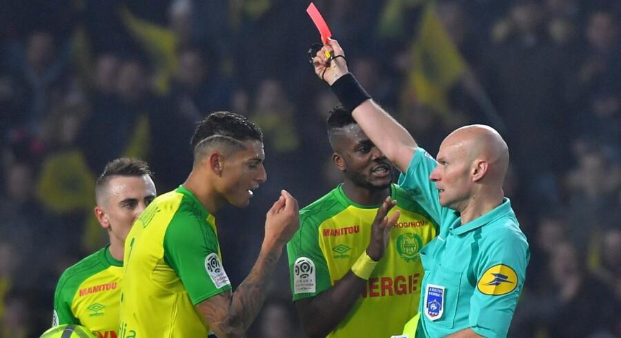 Overraskede Nantes-spillere protesterede, da Diego Carlos søndag blev vist ud efter et sammenstød med dommer Tony Chapron. Scanpix/Loic Venance