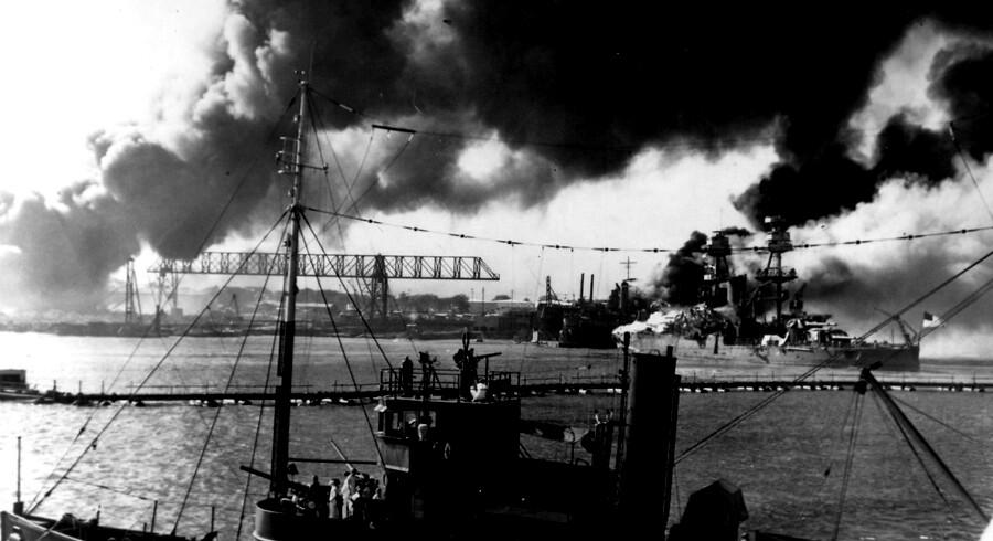 Onsdag d. 7. december er det 75 år siden, at Japan angreb den amerikanske flådebase på Pearl Harbor. Hensigten med angrebet mod flådebasen var at neutralisere USAs stillehavsflåde. Amerikanerne var aldeles uforberedt og mistede 2335 soldater, mens 68 civile mistede livet. Angrebet var direkte årsag til, at USA blev inddraget i anden verdenskrig.