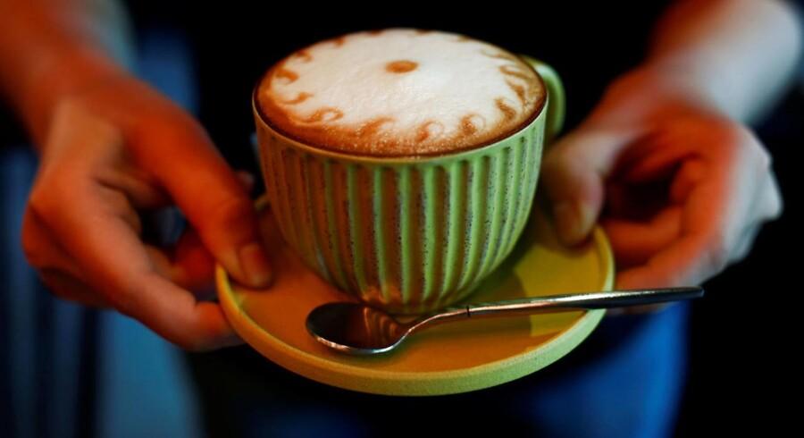 Hver enkelt dansker betaler dagligt mindre end prisen på en kop kaffe til EU's årlige budget. Samlet set nyder danskerne dog økonomiske fordele ved EU.