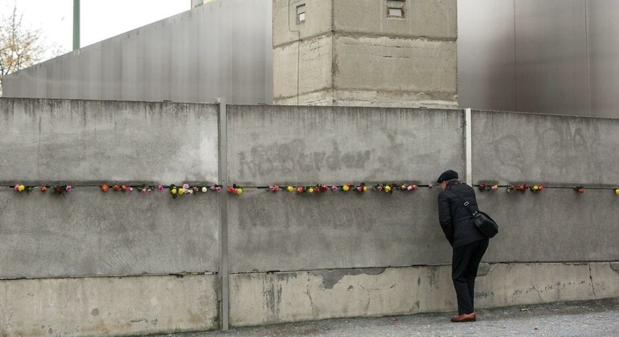 Med Berlinmurens fald drømte mange om en ny æra med verdensfred. 28 år efter murens fald er nye trusler dukket op i en forandret verden.