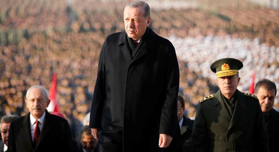 Der er udstedt arrestordrer på 360 personer i hæren, der anklages for at have forbindelse til prædikanten Fethullah Gülen.