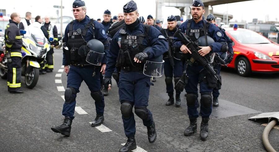 Fransk politi var massivt til stede efter et skyderii lufthavnen Orly syd for Paris, hvor en mand forsøgte at få fat i en soldats våben. AFP PHOTO / Benjamin CREMEL