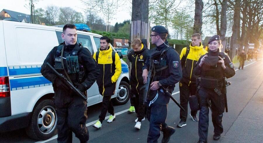 Dortmund-spillere eskorteres bort af bevæbnet politi efter attentat mod spillerbus.