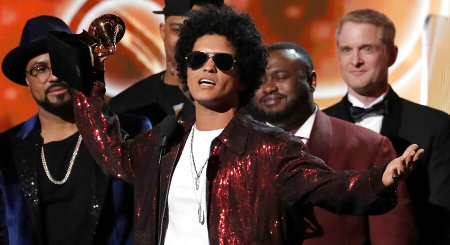 Bruno Mars modtager sin Grammy for Album Of The Year.