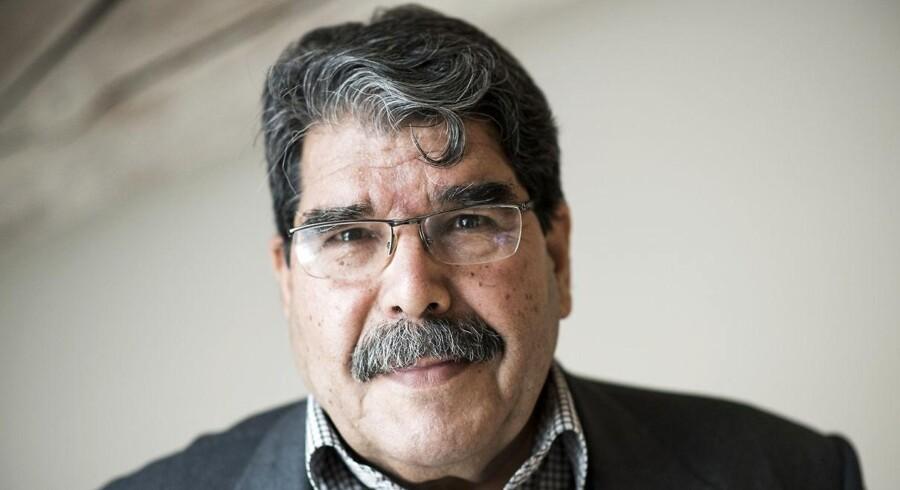 Salih Muslim er tidligere politisk leder af det kurdiske område i det nordlige Syrien. Han rejser rundt i Europa for at få støtte til kurdernes selvforsvar mod Tyrkiets bombardementer.