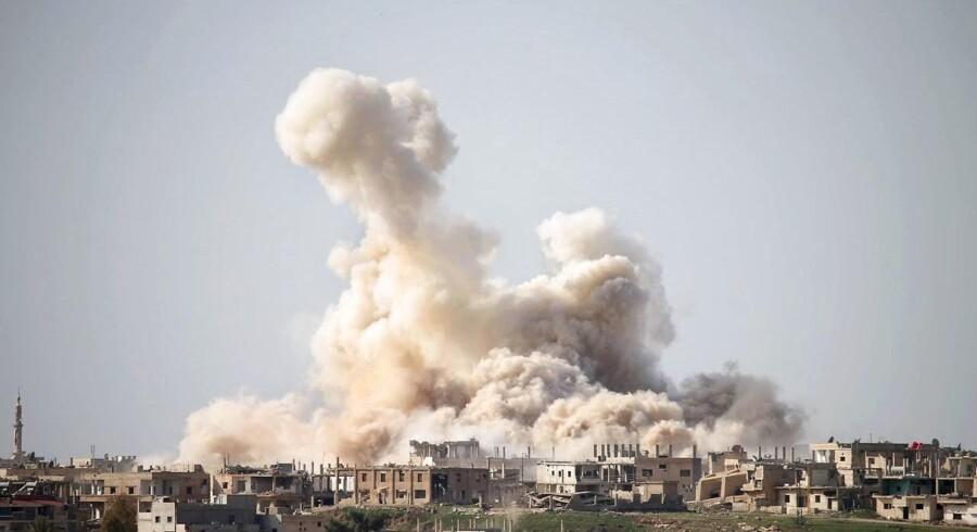 Arkivfoto af luftangreb på byen Daraa i Syrien 27. februar 2017 (Foto: MOHAMAD ABAZEED/Scanpix 2017)