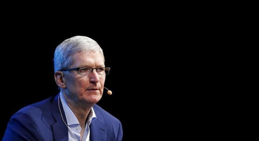 Apple-topchef Tim Cook advarer mod at lade efterretningstjenester få adgang ad bagdøren til folks computere og telefoner - og især uden dommerkendelse. Tværtimod skal krypteringen af personlige data styrkes, mener han. Arkivfoto: Mike Blake, Reuters/Scanpix