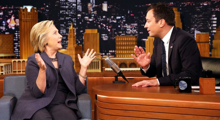 The Tonight show med Jimmy Fallon - her med Hillary Clinton - vises på DR3 og kunne ligeså godt vises på en privat kanal, mener Danske Medier, der mener, at stationen er fyldt med kommercielt indhold, der ikke har grund i Public Service-hensyn.