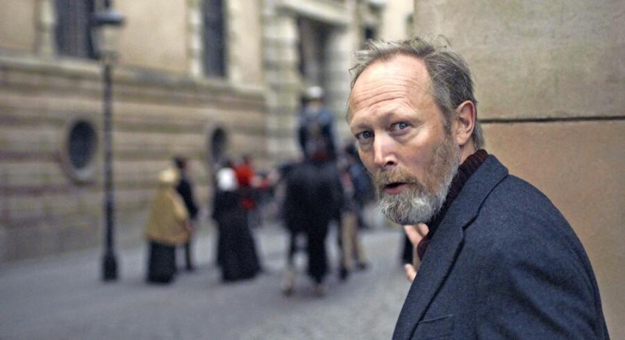 Lars Mikkelsen i rollen som »fortæller« i DRs »Historien om Danmark«.