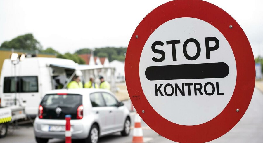 Antallet af migranter, der krydsede EUs ydre grænser, faldt markant i 2016, men ikke på ruten over Middelhavet mod Italien, hvor rekordmange ankom i 2016. Netop den manglende kontrol med den ydre grænse, og et massivt asylpres på Tyskland betyder, at Danmark og fire andre lande måske får grønt lys til at forlænge den midlertidige grænsekontrol af EU-Kommissionen. Her ses kontrol ved grænseovergangen ved Kruså. Foto: Claus Fisker/Scanpix 2016.
