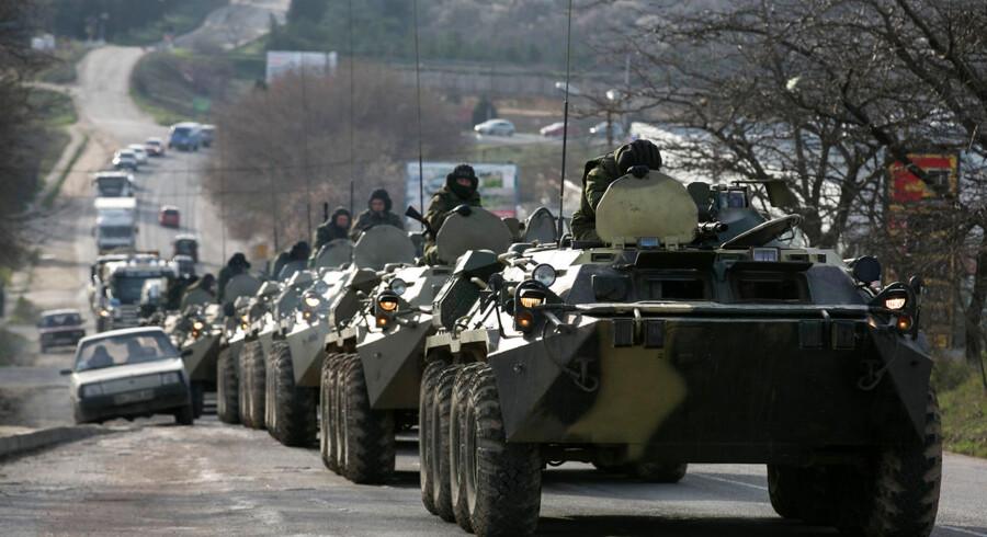 Russiske soldater i konvoj på en vej nær havnebyen Sevastopol på Krim-halvøen.