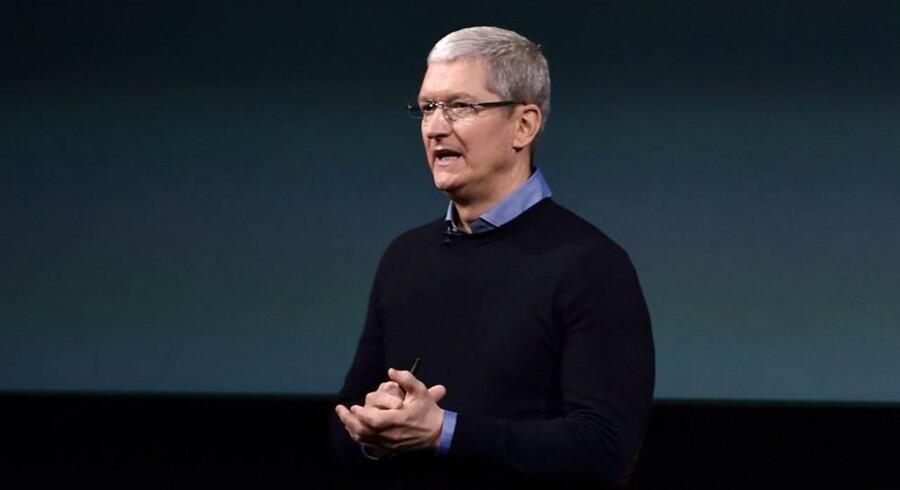 Apples topchef, Tim Cook, understreger, at Apple fortsat tjener flere penge end andre virksomheder, selv om aktiekursen fortsætter med at dykke. Arkivfoto: Josh Edelson, AFP/Scanpix