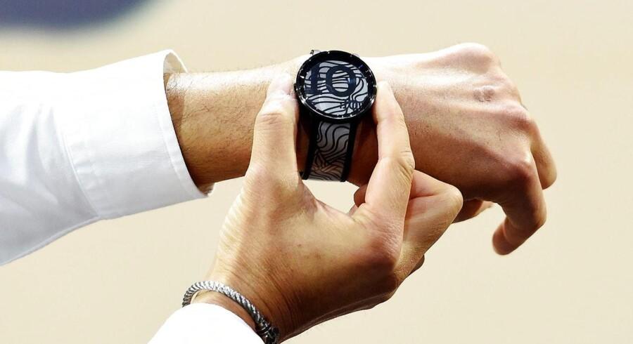 Sonys topchef, Kazuo Hirai, demonstrerer et ur, hvor designet på urskiven, visere og dato samt på selve remmen kan skiftes ved et tryk på knappen - en anden slags smartur end de traditionelle. Foto: Rainer Jensen, EPA/Scanpix