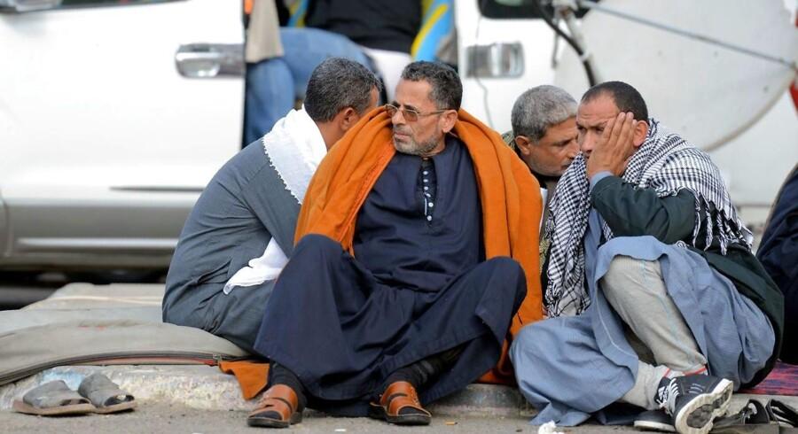Pårørende til ofre for fredagens angreb venter uden for hospitalet og håber på det bedste.