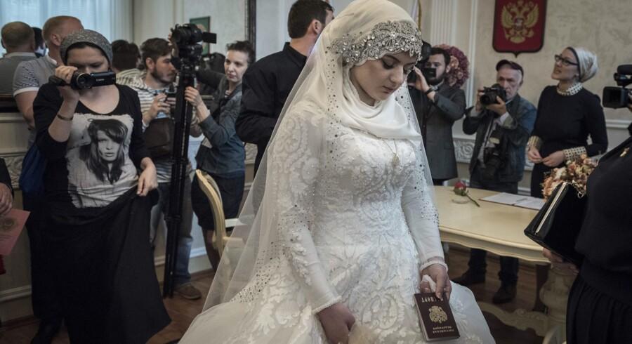 Tvangsægteskab, lyder det fra flere sider, om 17-årige Luisa Gojlabijeva formæling med den meget ældre, gifte, tjetjenske politichef, der fik øje på pigen på en skole. Brylluppet blev trods protester gennemført, efter at den tjetjenske leder, Ramsan Kadyrov, havde udtalt sig positivt om det.