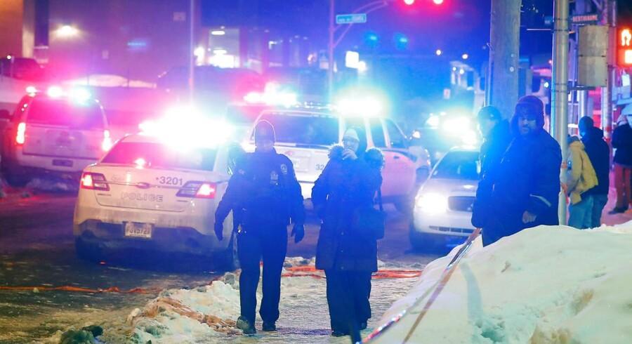Politibetjente på arbejde ved moskéen i Quebec, der søndag aften lokal tid blevt angrebet af bevæbnede gerningsmædn.