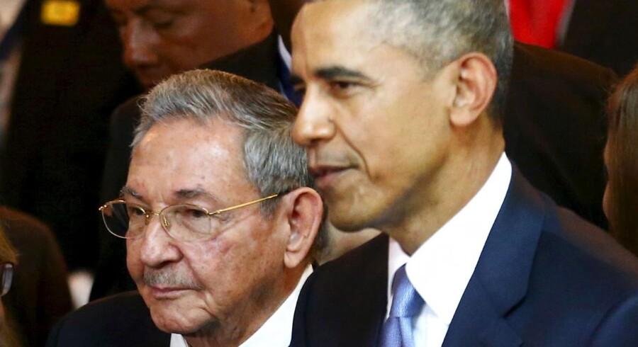 ARKIVFOTO af Cubas præsident Raul Castro med den amerikanske præsident Barack Obama under et topmæde i Panama City i april.