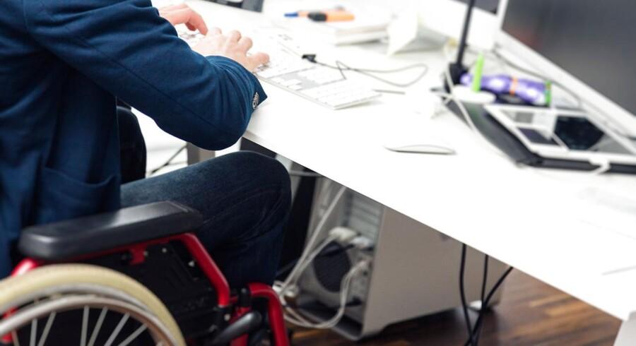 Ud af godt 300.000 bevægelseshandicappede personer i Danmark er kun 171.000 i beskæftigelse, og 133.000 står uden job - omkring 43 procent.