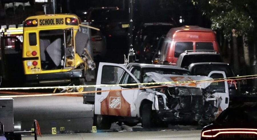 Otte er dræbt, efter at en gerningsmand har kørt ad en cykelsti i New York og ramt løbere og cyklister.