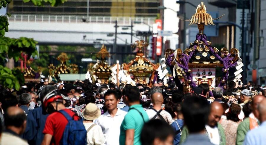Japan er blandt de lande, som eksperter definerer som et af de mest trygge at rejse i. Risikoen for terrorangreb er lille, og det er generelt sikkert at færdes i gaderne og i den offentlige transport. Her ses et billede fra Sanja Matsuri-festivalen i Tokyo 15. maj i år, hvor 1,5 millioner mennesker samledes.