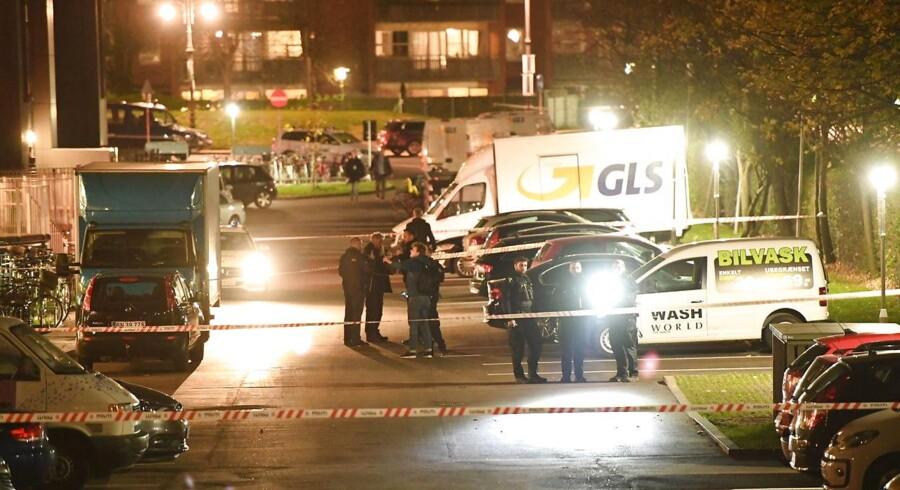 Politiet arbejder omkring Tagensvej på Nørrebro i forbindelse med skyderi, tirsdag den 31. oktober 2017.Flere personer med banderelationer er blevet skudt. Én er omkommet. (Foto: Thomas Sjørup/Scanpix 2017)
