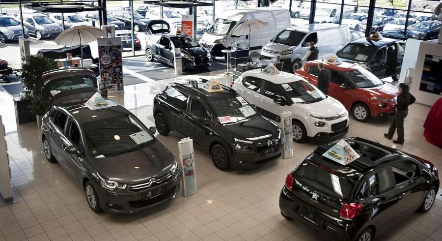 I denne uges afsnit af »Dine Penge« er omdrejningspunktet bilen. Det handler blandt andet om valget mellem at lease og at købe. ARKIV. Bilforhandlere på Amager anno 2017.