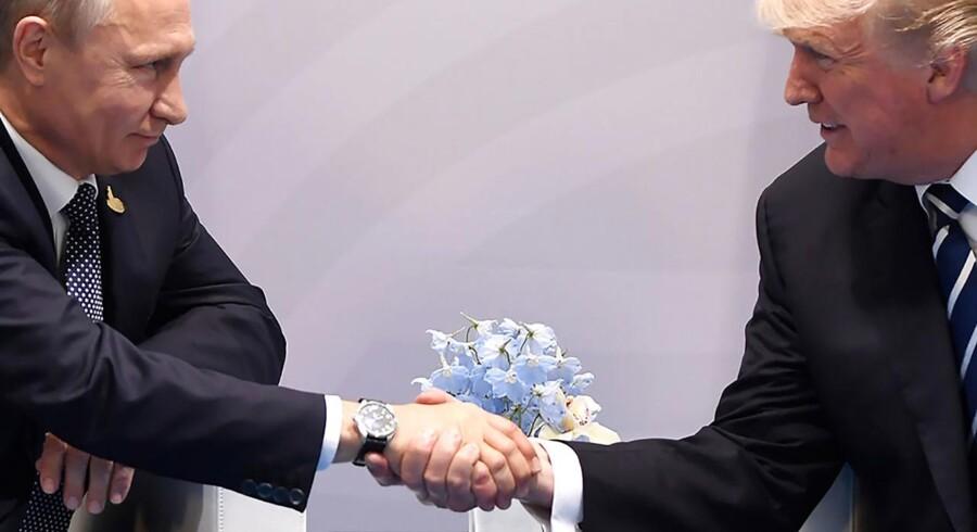 USAs præsident Donald Trump og Ruslands præsident Vladimir Putin giver hinanden hånden til G20-mødet. De to stærke mænd har nu i sinde at lave en fælles indsatsstyrke mod cyberkriminalitet.
