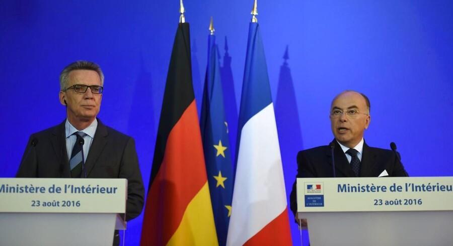 Tysklands og Frankrigs indenrigsministre, Thomas de Maiziere og Bernard Cazeneuve, ønsker oven på de seneste terrorhandlinger i Europa at give efterretningstjenesterne mere adgang til også krypteret kommunikation, som terroristerne i stigende grad anvender for at koordinere deres aktioner. Foto: Stephane de Sakutin, AFP/Scanpix