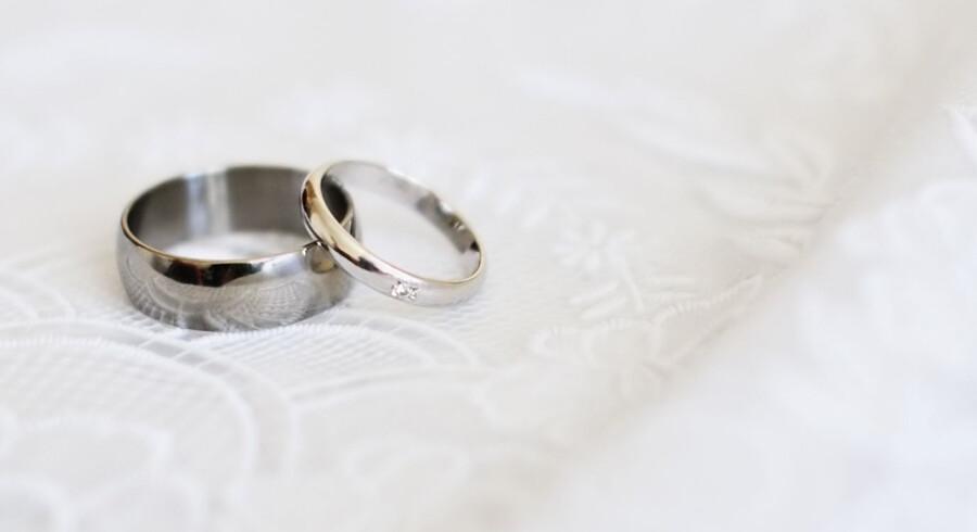 Både selve metallet og monterede dele på smykket kan tage skade af mødet med hverdagskemi. Free/Colourbox