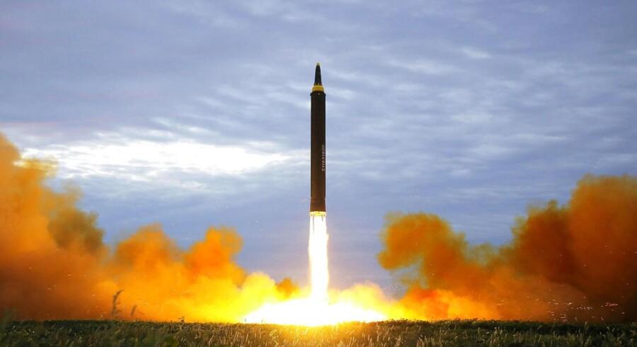 En mellemdistanceraket affyres under en test nær Pyongyang i Nordkorea d. August 30, 2017. KCNA/via REUTERS