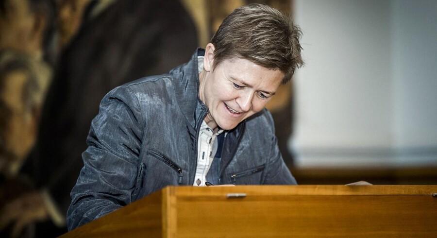 Nye medlemmer af Folketinget skriver under på Grundloven. Josephine Fock (Alternativet).