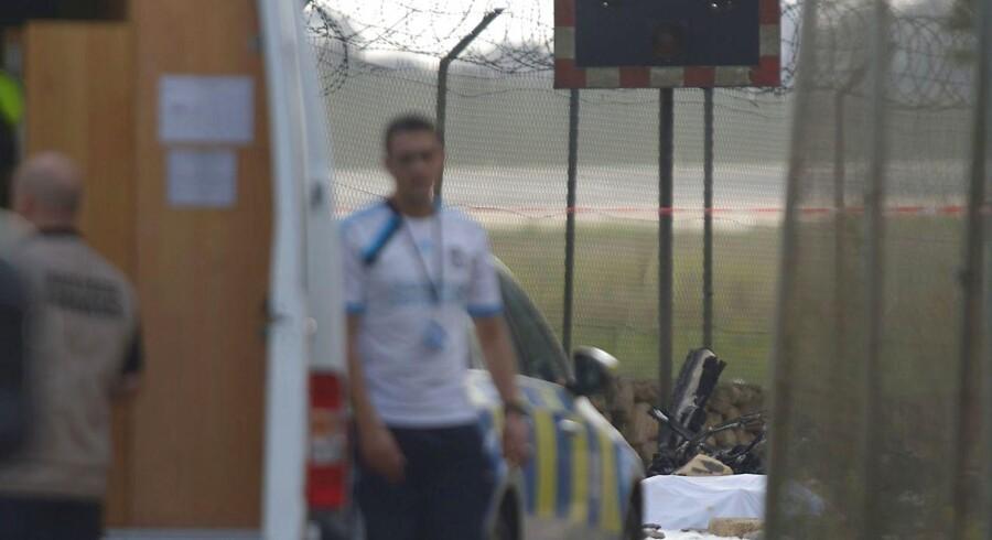 Redningsfolk ved stedet, hvor flyet styrtede ned.