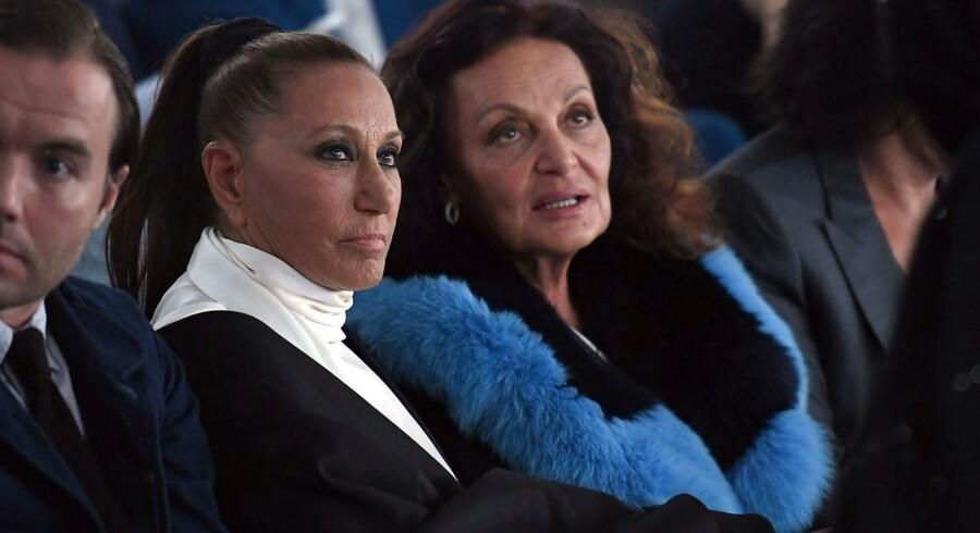 Modeskaberen Donna Karan - til venstre - som tirsdag måtte sige undskyld for at have forsøgt at skyde skylden på de kvinder, som hendes ven, filmbossen Harvey Weinstein, angiveligt sexmisbrugte.