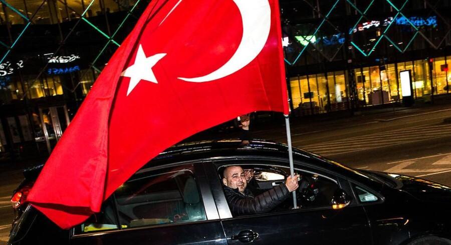 Dansk Folkeparti vil sætte tyrkisk diplomat på porten. Billedet er taget i København er efter folkeafstemningen i Tyrkiet for nylig.