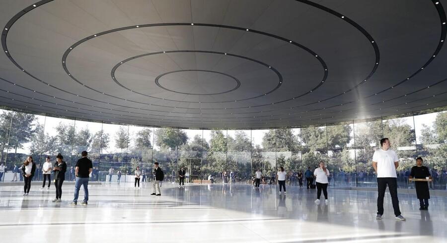 Apples nye hovedkontor i Cupertino i Californien har kostet over 5 milliarder dollar, og består af store dele glas. Siden det blev taget i brug lige efter årsskiftet er tre ansatte blevet kørt på hospitalet.