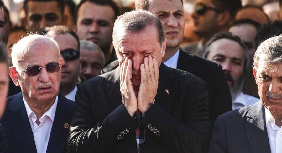 17. juli. Tyrkiets præsident, Recep Tayyip Erdoğan, under en begravelse for et af ofrene for kupforsøget