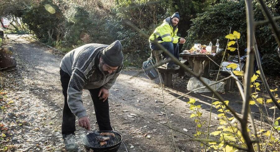 Rumænske Vasil tilbereder frokost i Enghaveparken på Vesterbro. I baggrund er det landsmanden, Michael.