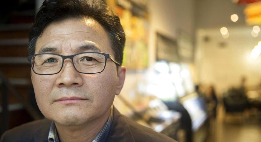 Kim Hyeong-soo er uddannet biolog og forskede på et institut i Nordkorea, som skulle forlænge de daværende nordkoreanske lederes liv. Han flygtede fra Nordkorea i 2009.