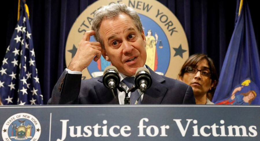 Justitsministeren i New York trækker sig fra sin post efter beskyldninger om overgreb mod fire kvinder, selvom han selv har kæmpet mod overgreb og upassende seksuel adfærd over for kvinder.