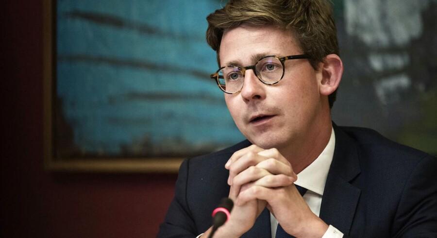 (ARKIV) Skatteminister Karsten Lauritzen (V) i samråd om virksomheders udnyttelse af lovgivningen om registreringsafgift den 23. maj 2017.