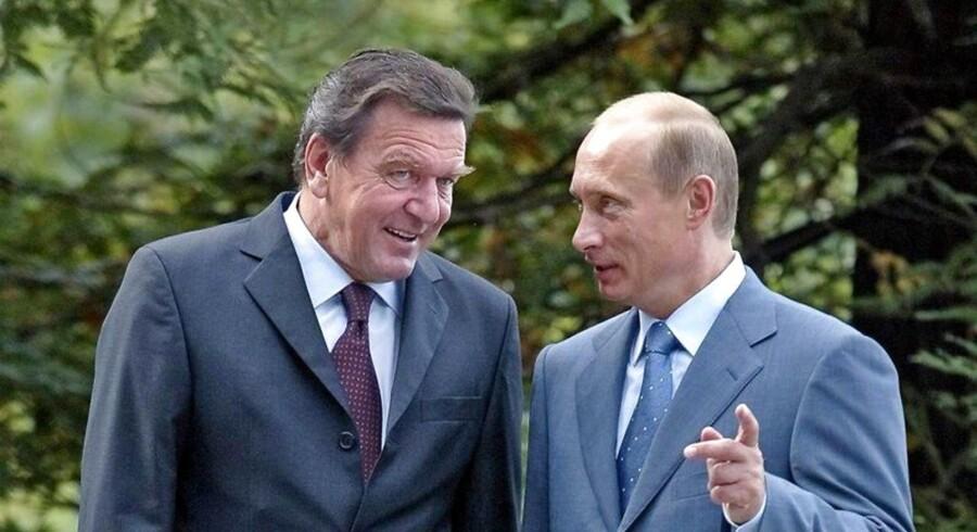 Gerhard Schröder er kendt for sine tætte forbindelser til Vladimir Putin og er på vej mod en toppost i russisk energiselskab. Nu langer den tidligere forbundskansler ud efter en kritisk tysk presse.