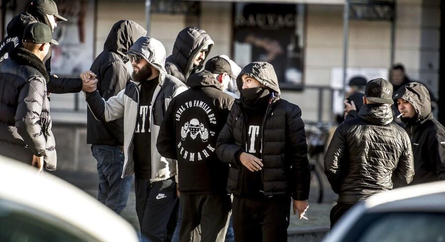 Det er dybt problematisk, at den aftale, der skal sikre fire uger uden skyderier i den københavnske bandekonflikt, er forhandlet på plads i Islamisk Trossamfunds moské på Dortheavej i Københavns nordvestkvarter, lyder opråbet fra flere politikere.