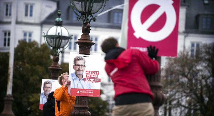 Opsætning af valgplakater på Dronning Louises Bro i København