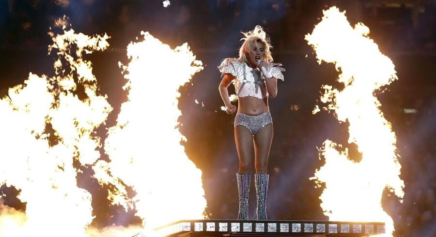 Lady Gaga optrådte som første navn ved det såkaldte »Halftime Show« i søndags. Pause-minutterne med hende blev set af godt 117 millioner mennesker – eller godt fire millioner flere end det samlede antal seere til selve kampen.