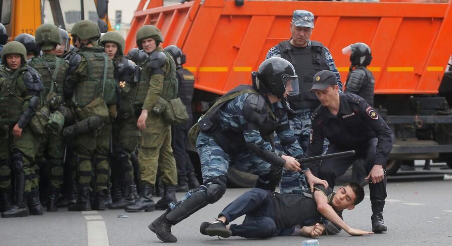 Mandag blev hundredvis af demonstranter anholdt i Moskva. I dag kalder Putin demonstrationer for en naturlig del af et demokrati.