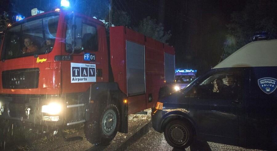 Politi og redningsfolk fremme ved ulykkesstedet, hvor seks personer tirsdag mistede livet i en flyulykke tæt på Makedoniens hovedstad, Skopje.
