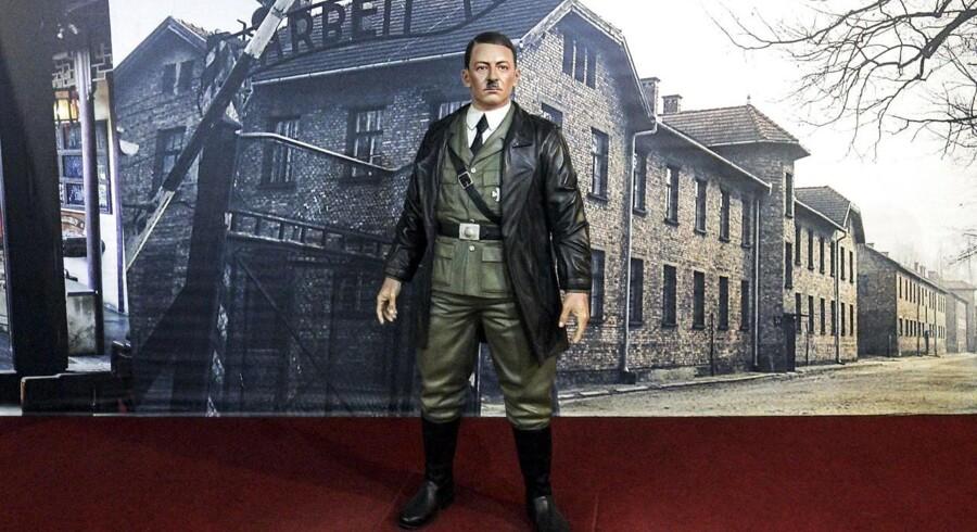 Tysk politiker foreslår undervisning i nazitiden. Billedet her er af en voksfigur af Hitler foran et foto af indgangen til Auschwitz. EPA/BOY TRIHARJANTO