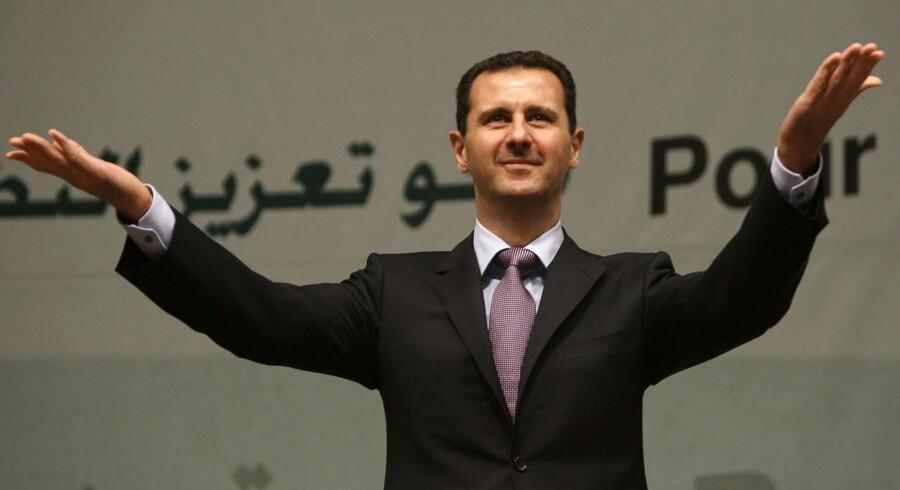 Syriens præsident, Bashar al-Assad, er åben for direkte forhandlinger med USA. Og nu tyder en udtalelser fra blandt andre USAs udenrigsminister, John Kerry, på, at også amerikanerne er ved at være klar til at forhandle med præsidenten på trods af deres ønske om at fjerne ham og hans regime.