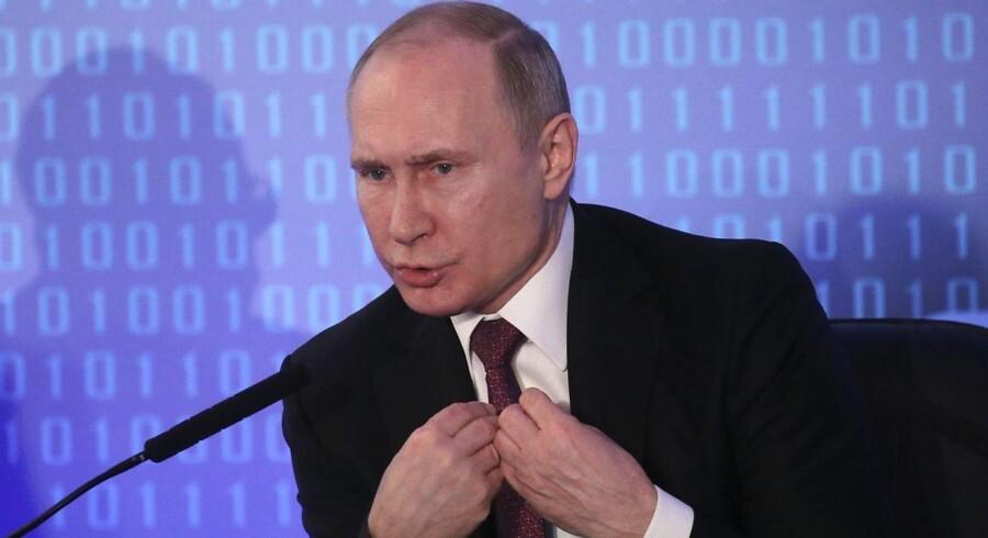 »Jeg har netop talt i telefon med den amerikanske præsident, Donald Trump. Naturligvis talte vi om de palæstinensisk-israelske bosættelser,« siger Putin.