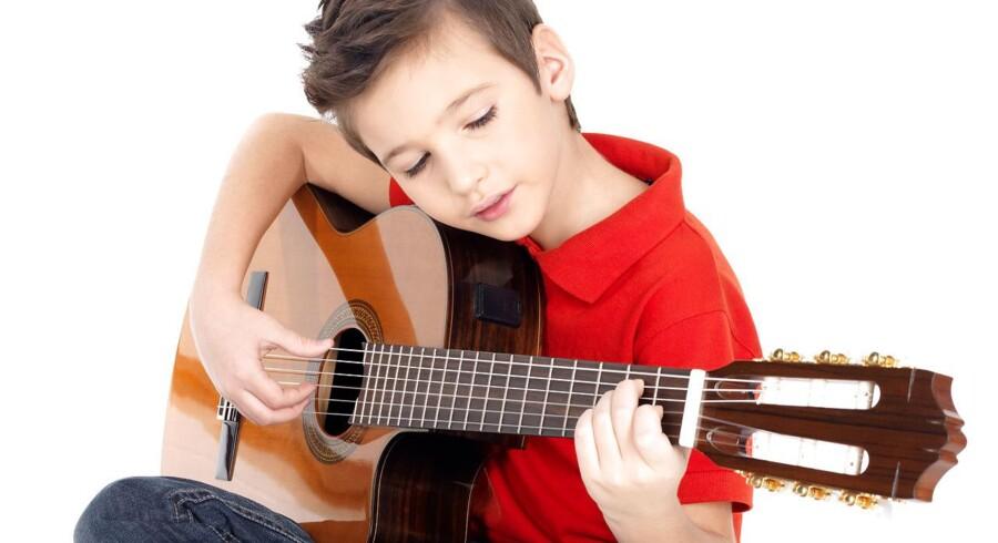 »Hver dag poster velmenende forældre billeder af deres børn smurt ind i mad, på første skoledag, i gang med at spille guitar kun iført underbukser osv.« Modelfoto